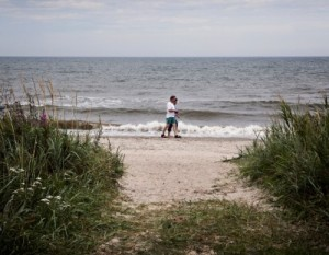 gåtur langs stranden